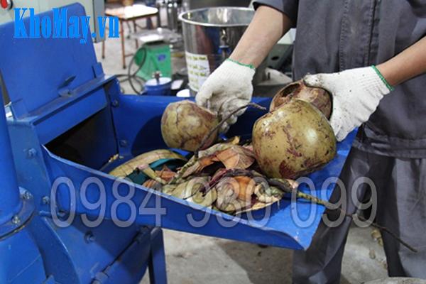 Kỹ thuật viên đang băm quả dừa khô với máy băm vỏ dừa, gỗ tạp, ván bóc 3A22Kw