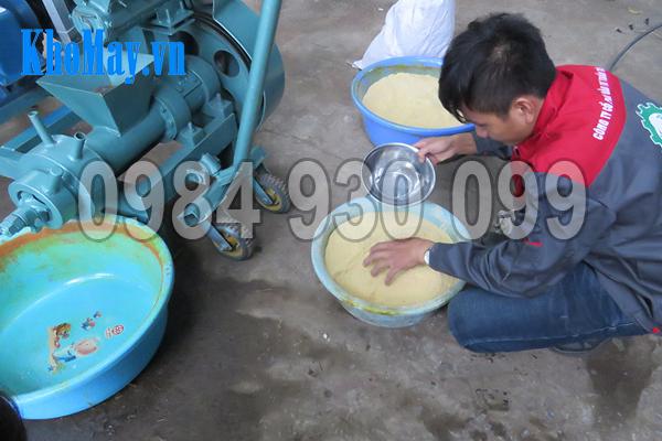 Trộn ẩm cho cám - nguyên liệu đầu vào của máy ép viên thức ăn thủy sản 3A15Kw