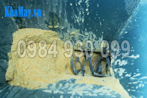 Đáy phễu cấp liệu của Máy ép viên thức ăn thủy sản 3A15Kw có một trục đảo trộn nhỏ