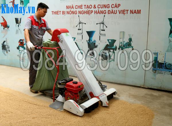 Kỹ thuật viên sử dụng Máy hút lúa vào bao 3A