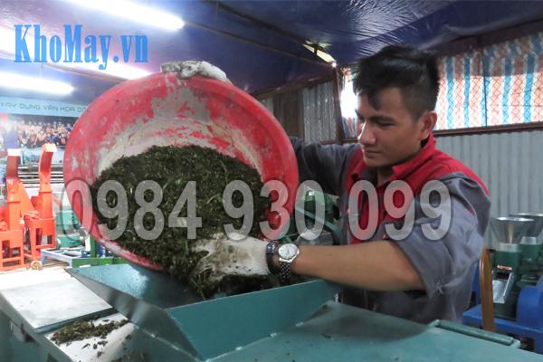 Kỹ thuật viên đổ nguyên liệu cần trộn vào Máy trộn nguyên liệu 3A3Kw (trục ngang)