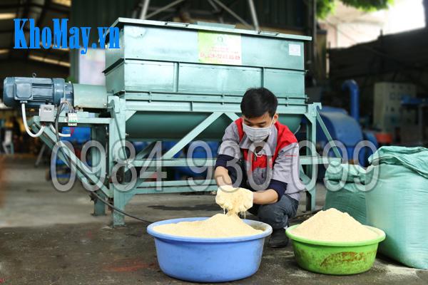 Kỹ thuật viên chuẩn bị nguyên liệu cho Máy trộn thức ăn chăn nuôi trục ngang 3A5,5Kw