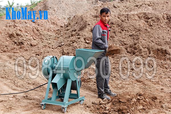 Kỹ thuật viên sử dụng Máy xay đất vườn ươm 3A4Kw