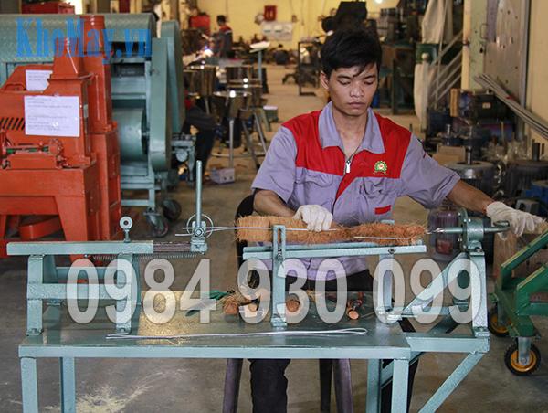 Kỹ thuật viên làm chổi xơ dừa cho Máy rửa nông sản 3A XD500