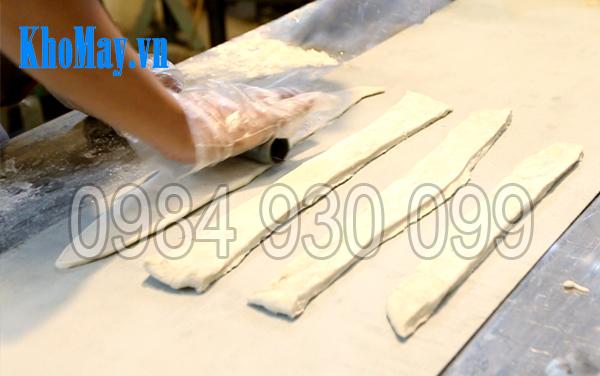 Nhiều dải bột được xếp lên băng tải Máy cắt quẩy 3A