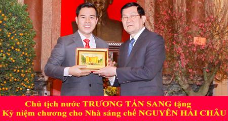 Nhà sáng chế Nguyễn Hải Châu nhận Kỷ niệm chương từ Chủ tịch nước.