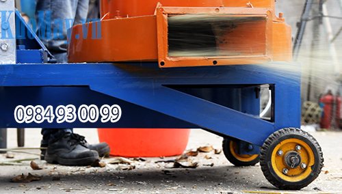 Máy được trang bị bốn bánh xe dạng con lăn