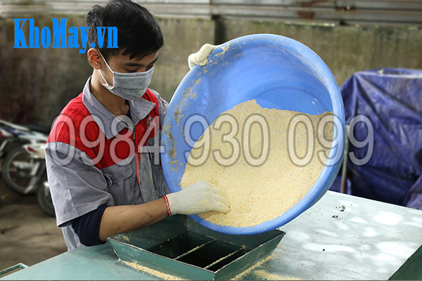 Đổ nguyên liệu vào thùng trộn của Máy trộn thức ăn chăn nuôi trục ngang 3A5,5Kw
